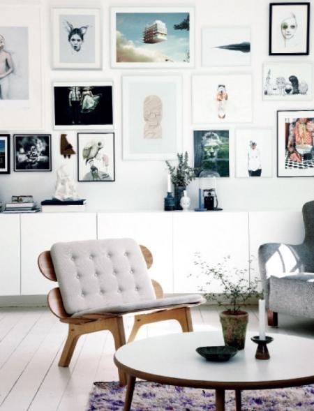una casa con mucho arte