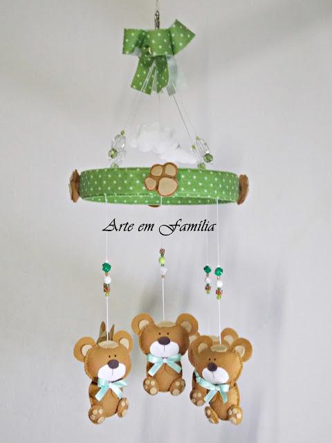 móbile de berço artesanal, com bichinhos em feltro, para decoração de quarto de bebê.