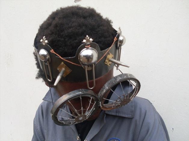 36e808c34 Cyrus Kabiru é um artista visual que cria óculos a partir de materiais  encontrados no lixo. Placas de computadores, latas, arames, talheres, ...