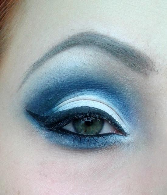 Niebiesko biały makijaż wieczorowy