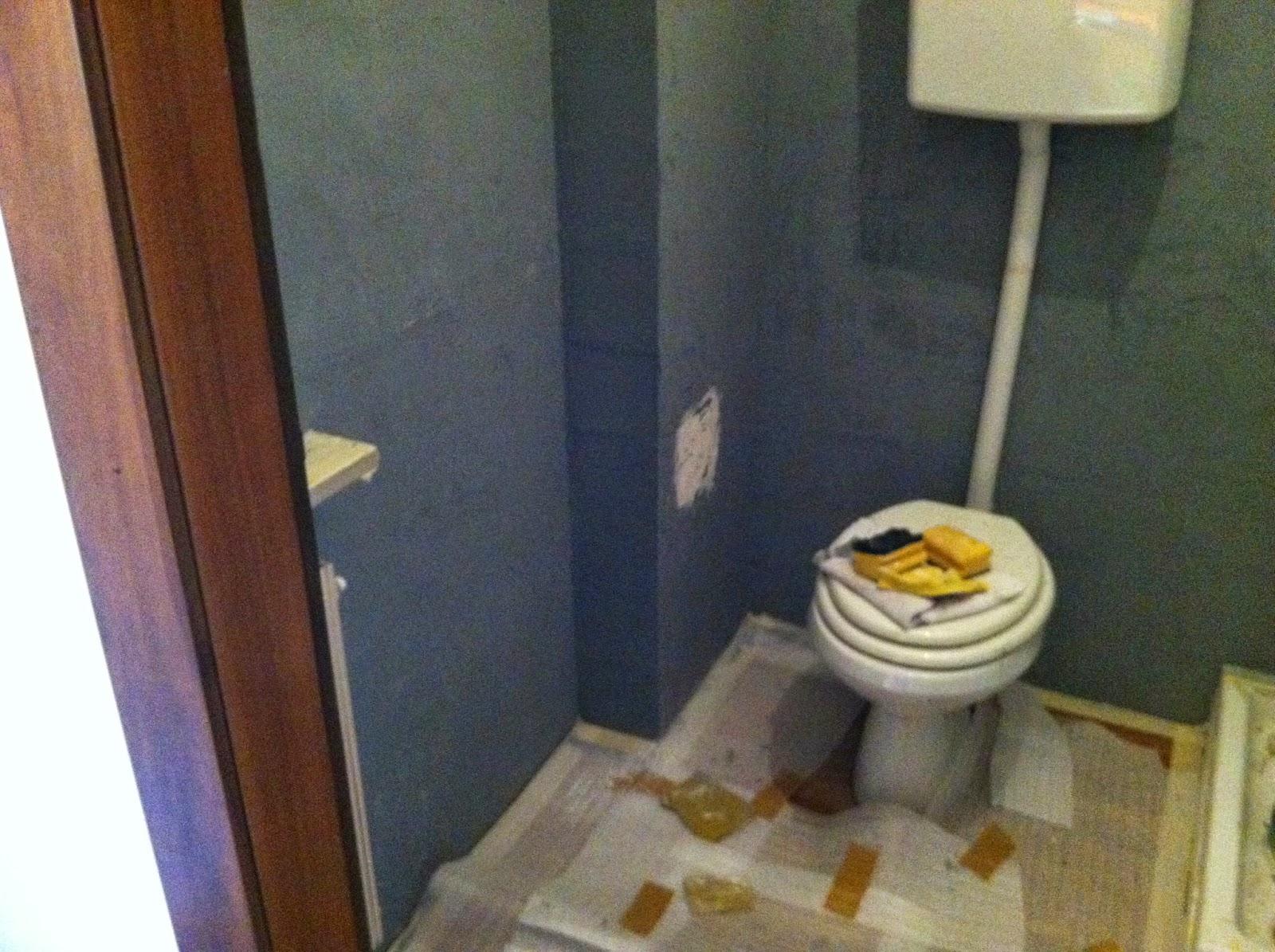 questa la parete del bagno grande perfettamente liscia neanche un vago ricordo di quelle vecchie mattonelle