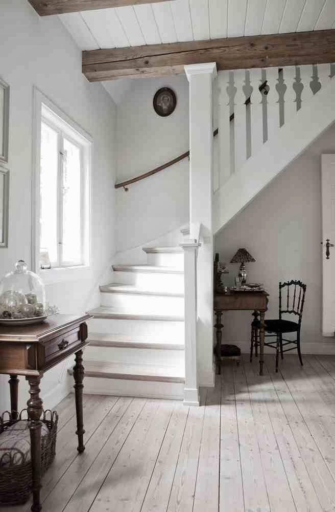 Przedpokój i schody w skandynawskim stylu, białe schody, biała drewniana podłoga