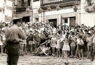 Rompiendo pucheros en la plaza del Solano de Candelario Salamanca