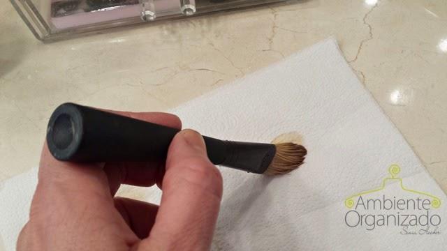 Tirar o excesso de base do pincel de maquiagem