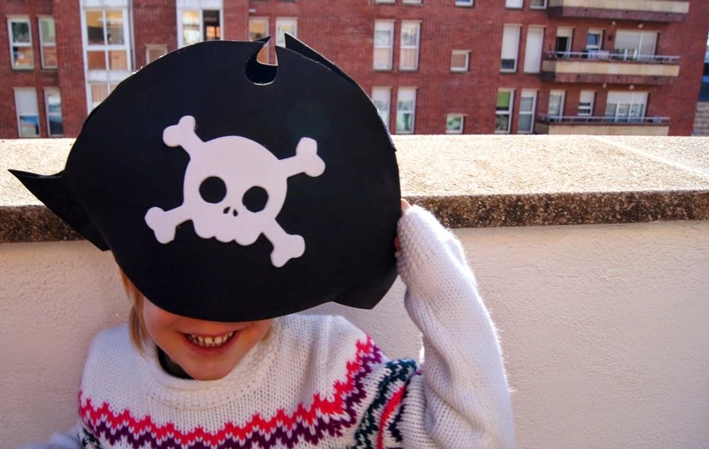 Una semplice sagoma da stampare e ritagliare nella gomma crepla e incollare  con la colla a caldo per creare un cappello da pirata per carnevale quasi  ... 56150c995eaf