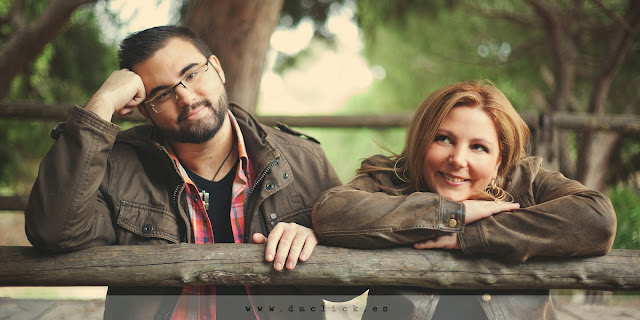 retrato de la pareja apoyados sobre puente de madera