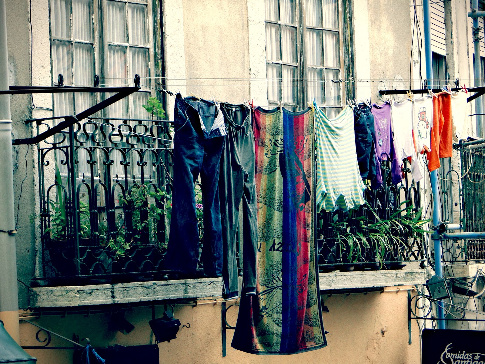 As roupas penduradas nas janelas marca registrada das casas  #173A67 1600 1200