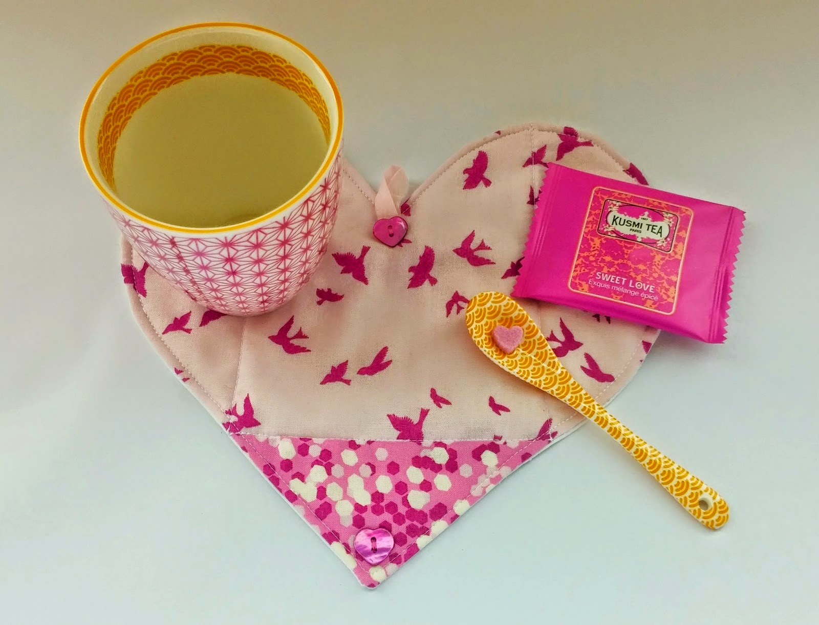 http://ellaandnesta.blogspot.it/2015/02/how-to-make-folding-envelope-heart-mug.html