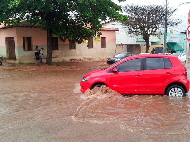 """Carro fica """"ilhado"""" em rua de Vitória da Conquista e pedestres também encontram dificuldade para circular na cidade. (Foto: Anderson Oliveira/Blog do Anderson)"""