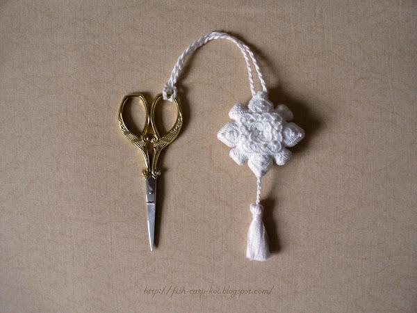 Вышитый счетной гладью (Хардангер) маячок для ножниц от Мамен