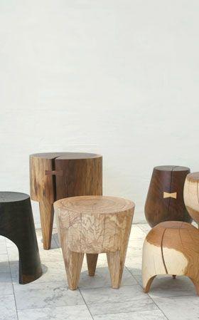 banquinhos de tocos de madeira torneados
