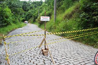 Estrada do Salaco, de onde começou o desmoronamento, sofre danos em sua estrutura e precisa também ser interditada