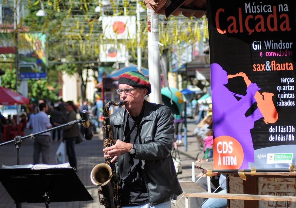 As apresentações acontecem ao ar livre, na Calçada da Fama