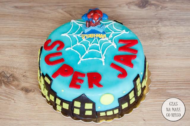 tort czekoladowy z malinami, superbohater
