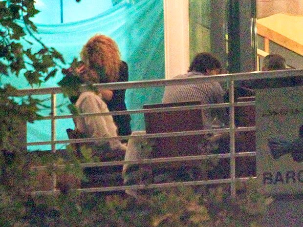 Shakira Exchange kisses with Pique in romantic dinner