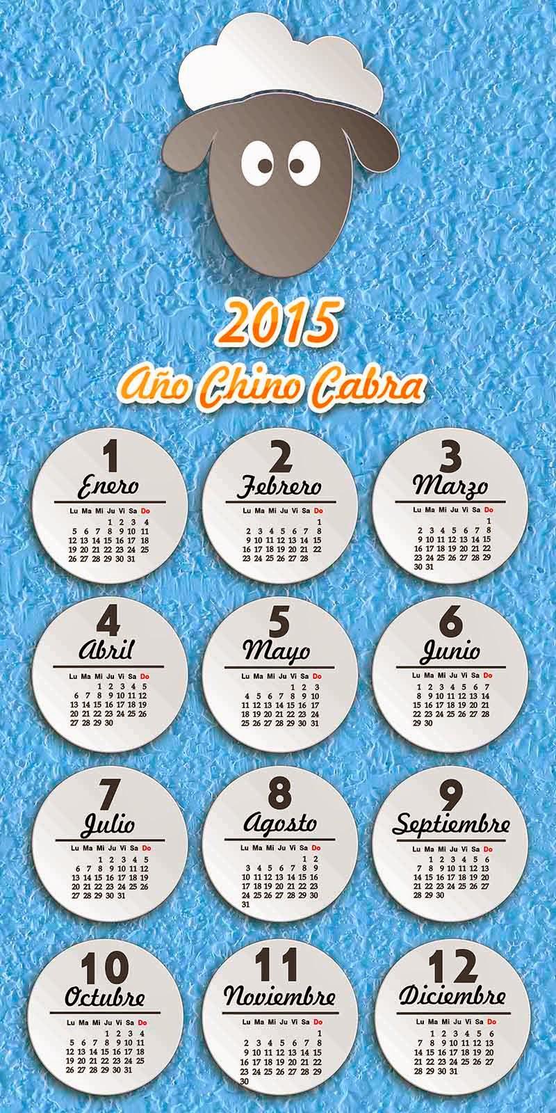 Calendario en español e inglés sobre una pared azul