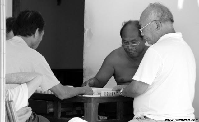 Hombres jugando al dominó en Tai O