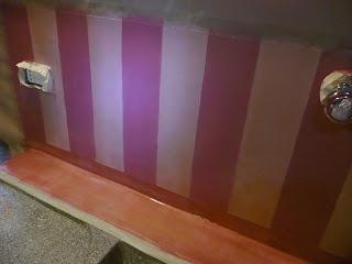 Decorazione della zona lavello in cucina con pittura lavabile al posto delle piastrelle