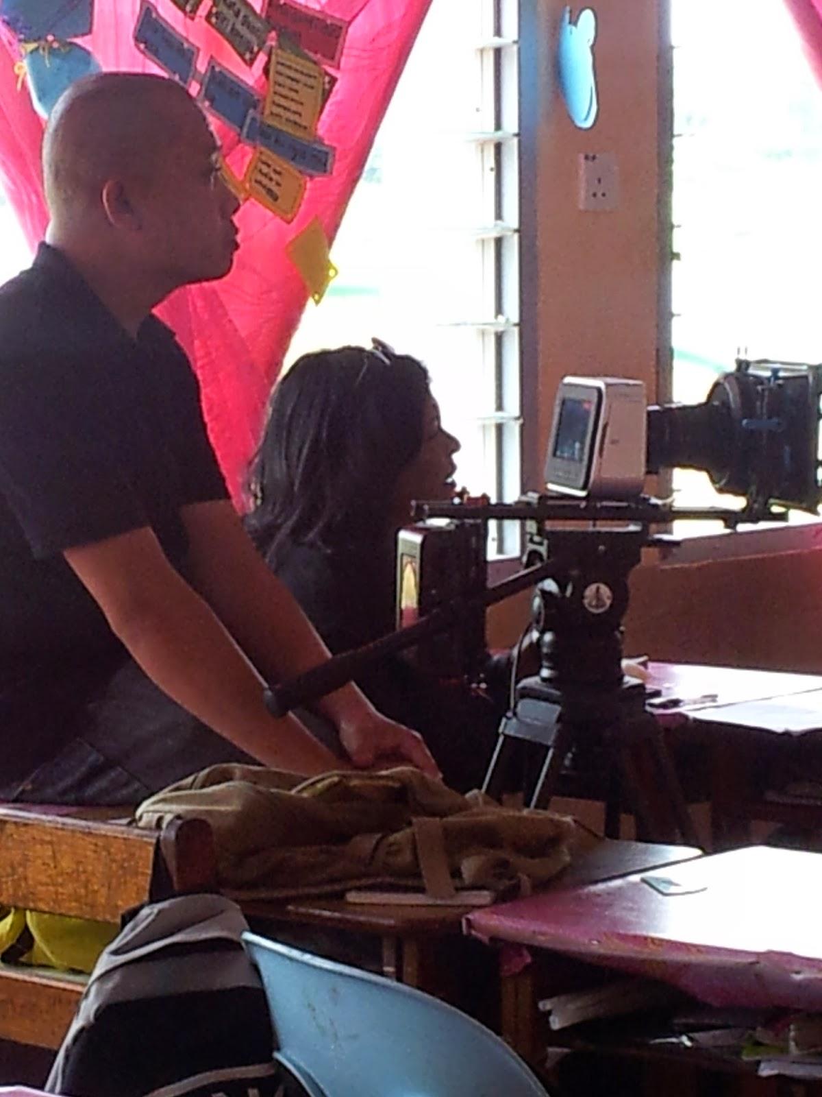 Hazel Fernandez memberikan arahan kepada Cikgu Hailmi untuk sesi shooting