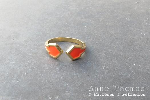 Anne Thomas Bague Ausgang rouge fluo bijoux dorés colorés