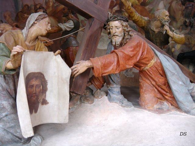 In quel Volto, sfigurato dal dolore, Veronica riconosce il Volto trasfigurato dalla gloria; nel sembiante del Servo sofferente, ella vede il Bellissimo tra i figli dell'uomo. dans immagini sacre veronica%2Be%2Bges%25C3%25B9