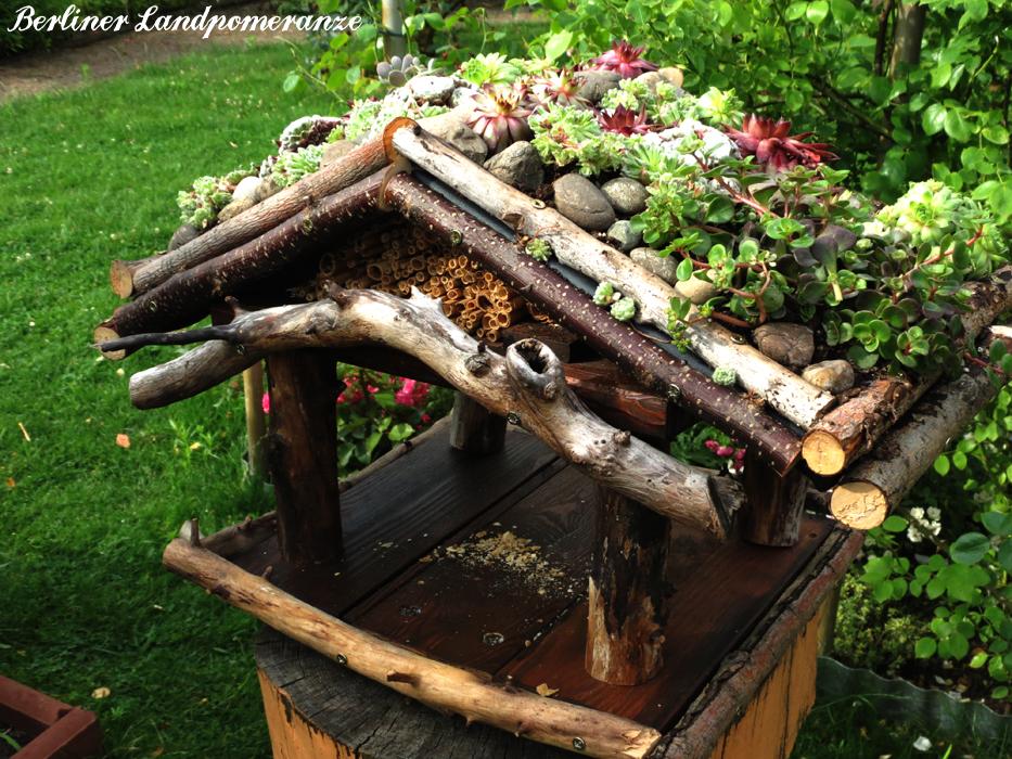 berliner landpomeranze ein berlin gartenblog diy vogelhaus mit dachbegr nung. Black Bedroom Furniture Sets. Home Design Ideas
