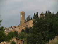 L'església de Sant Joan de Vilada i al seu darrere la torre de la masia La Ferrera