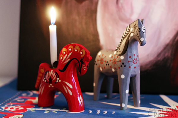 Thrifted Dala horse candle holders from Gudmunds Slöjd. Home and photo by Alicia Sivertsson. daleclarian horse, swedish dala horse, ljusstake, hästljusstake, häst, dalahäst, staffanshäst, staffanshästar, staffansstake, loppis, jul, julsak, julprydnad, julprydnader, julsaker, hästar, begagnat, second hand, thrifted, christmas, xmas, decoration, decorations, swedish, sweden, sverige