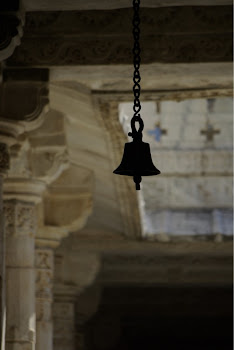 INDIA 2011: Bell that is struck by devotees