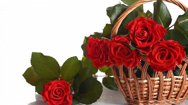 Cesta con flores rojas Dia de las Madres