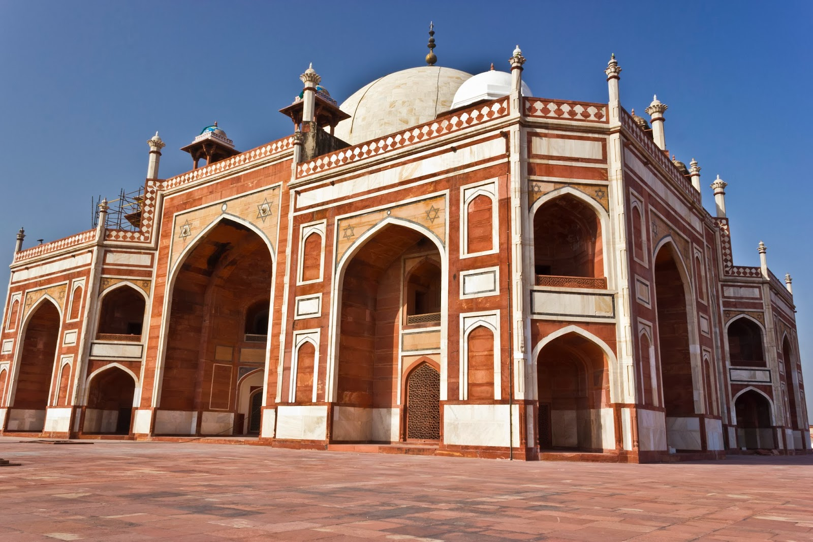the mughal architecture One of the important features of mughal architecture is reflected at fatehpur sikri (near agra) where the arch of buland danvaza is about 41 metre high and is perhaps the most imposing gateway in the world.