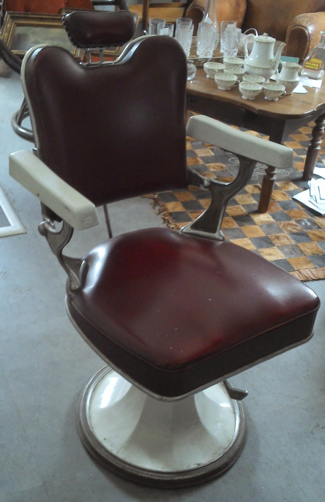Ancien fauteuil de barbier coiffeur cuir rouge maill - Fauteuil de coiffeur vintage ...