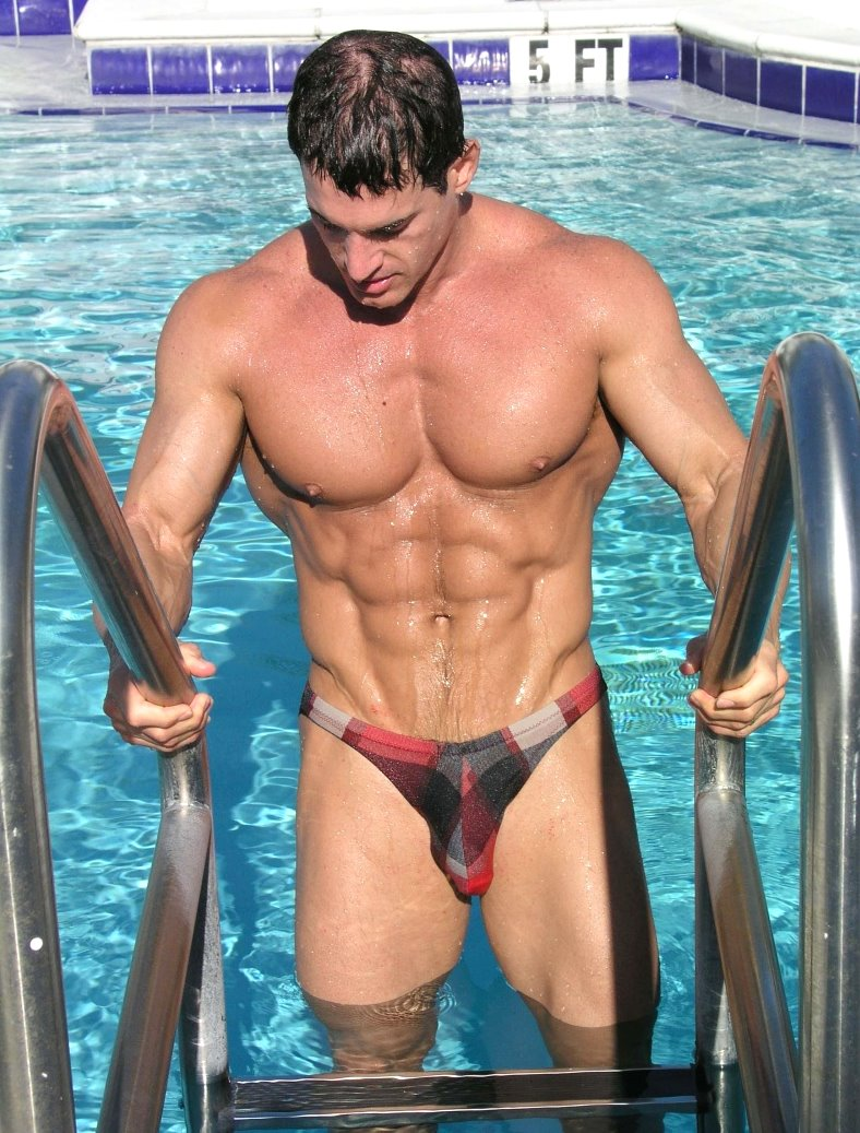 голый мужик в воде
