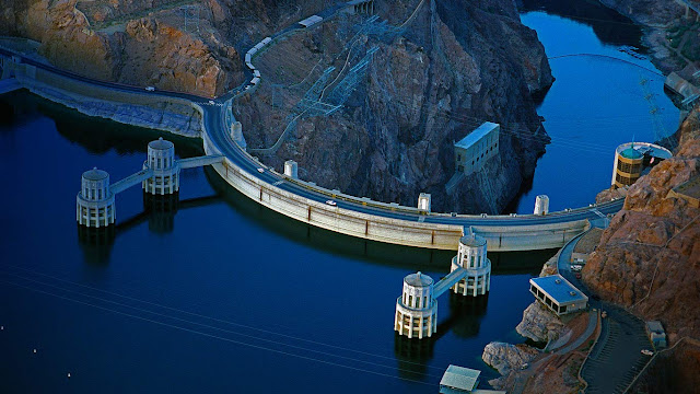 Hoover Dam on the border between Arizona and Nevada (© George Steinmetz/Corbis) 679
