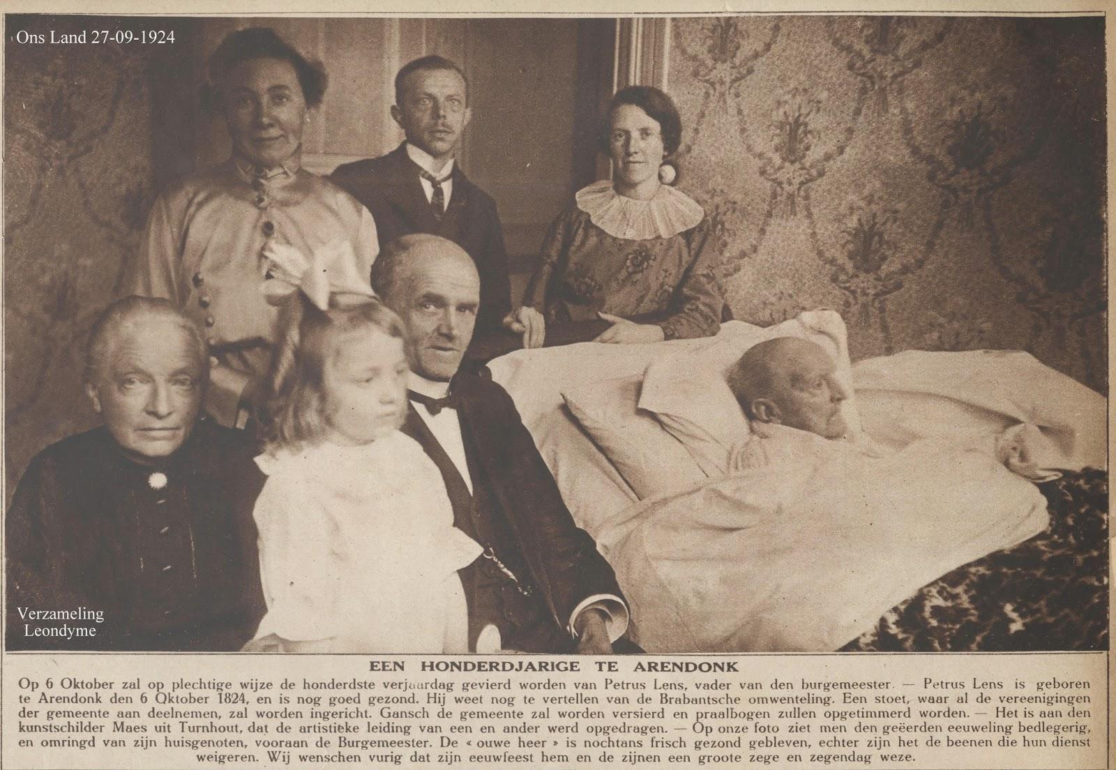 De 100-jarige Petrus Lens, die moeilijk te been was, maar gezond is er omringd door zijn zoon-burgemeester en naaste familieleden. Ons Land 27 september 1924