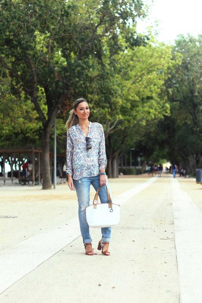 Como o tempo passa rápido!! Neste dia (de sol), usei um Look Casual Chic, com ripped jeans e blusa/camisa estampada e com gola Mao. Look do dia/Outfit. Printed shirt. Ripped jeans. Branco e camel. Zara. Calvin Klein. Zilian. Parfois. D&G. Dicas de moda e imagem. Style Statement. Blog de moda portugal.