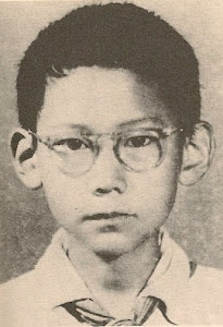 1954年,遇罗克小学毕业像。哥哥代表全校六年级毕业生,在毕业典礼上发言。