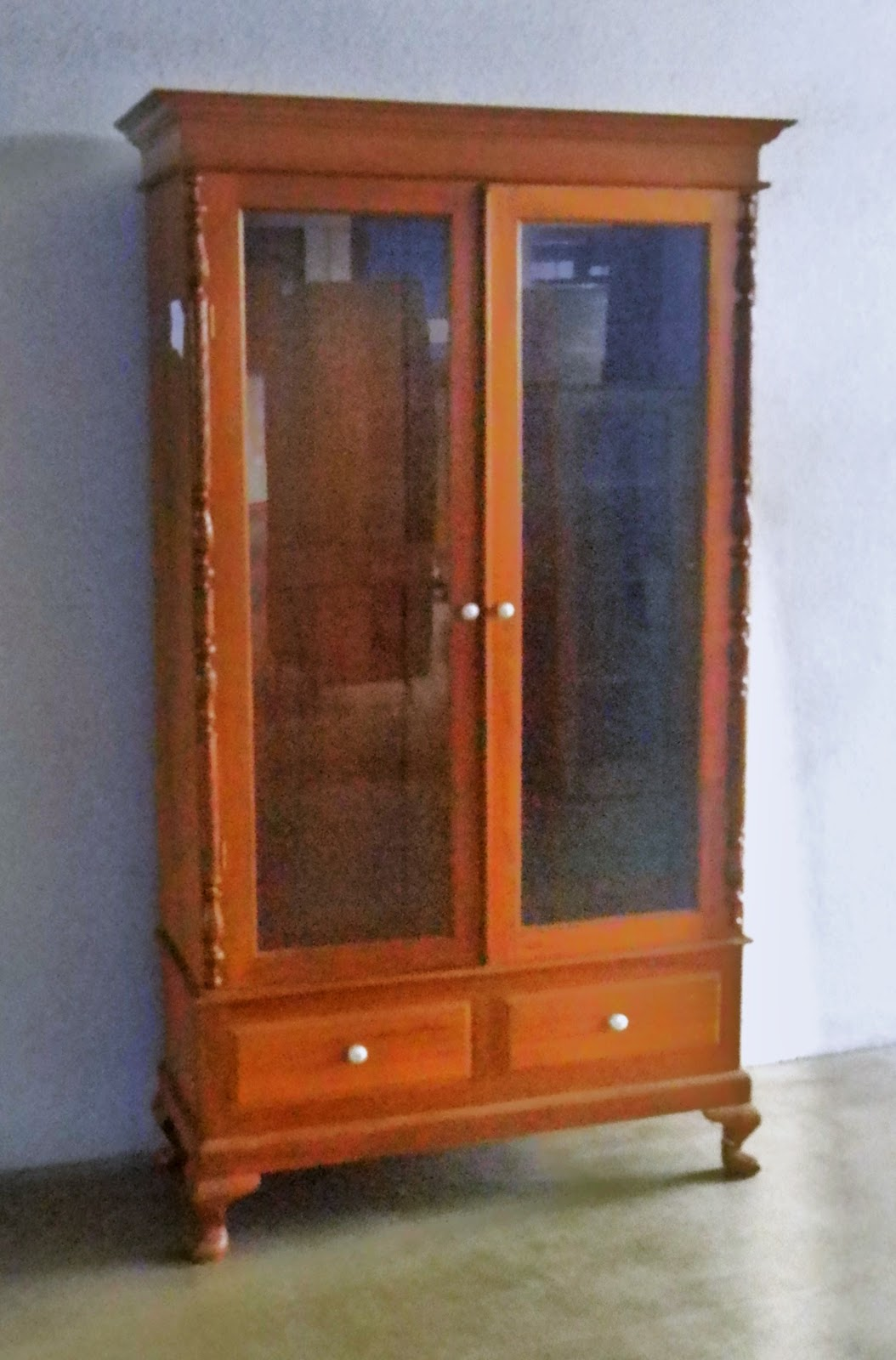 Vintage showcases and display cabinets ashley furniture for Antique display cabinet
