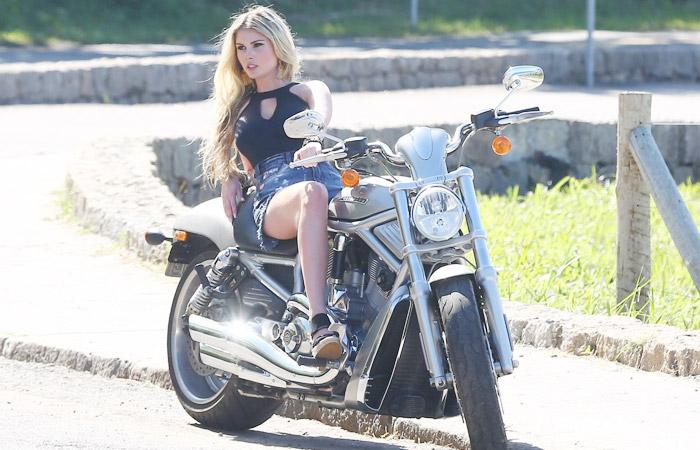 Barbara Evans em moto, gostosa em moto, Mulher semi nua em moto, Famous on bike, woman motorcycle, babes on bike, woman on bike, sexy on bike, sexy on motorcycle, ragazza in moto, donna calda in moto, femme chaude sur la moto, mujer caliente en motocicleta, chica en moto, heiße Frau auf dem Motorrad