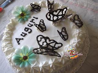 torta di compleanno con farfalle di cioccolato