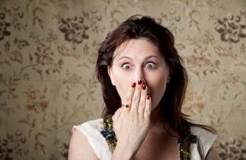 إتيكيت الرد على الأسئلة المحرجة المتعلقة بالسن والنقود - امرأة مندهشة متفاجئة مصدومة - shocked surprised face woman
