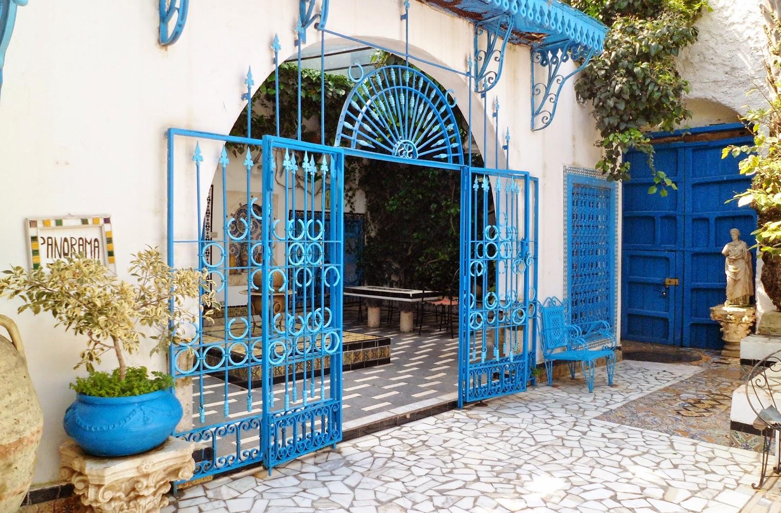Maison dar el annabi blanche et bleue terrasse sidi bou for Decoration jardin tunis
