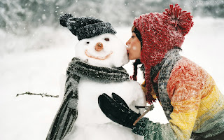 Kissing the Snowman Love Wallpaper