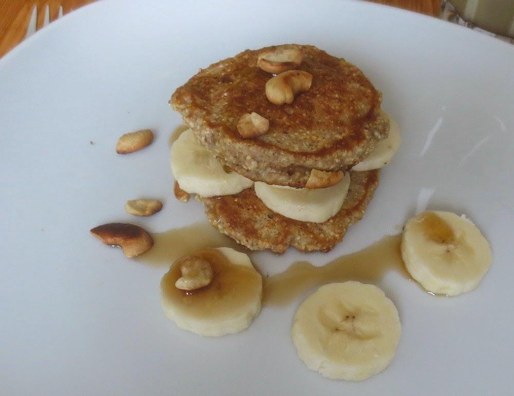 Mini-Crunch-Pancakes mit Bananen und Cashewnüssen