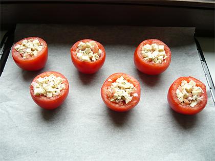 mit mozarella gefuellte tomaten und croutons. Black Bedroom Furniture Sets. Home Design Ideas