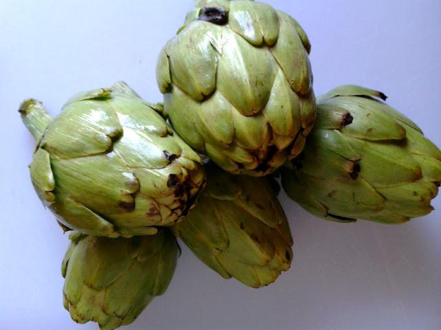 Alcachofas recién traídas del mercado