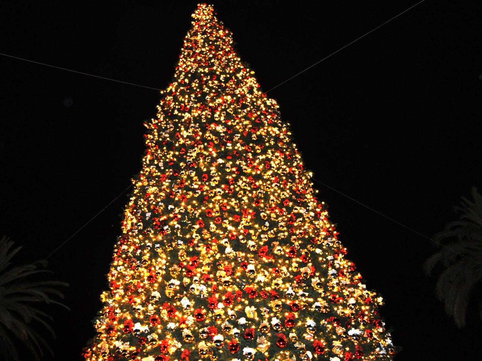 Árbol de Navidad alto y decorado