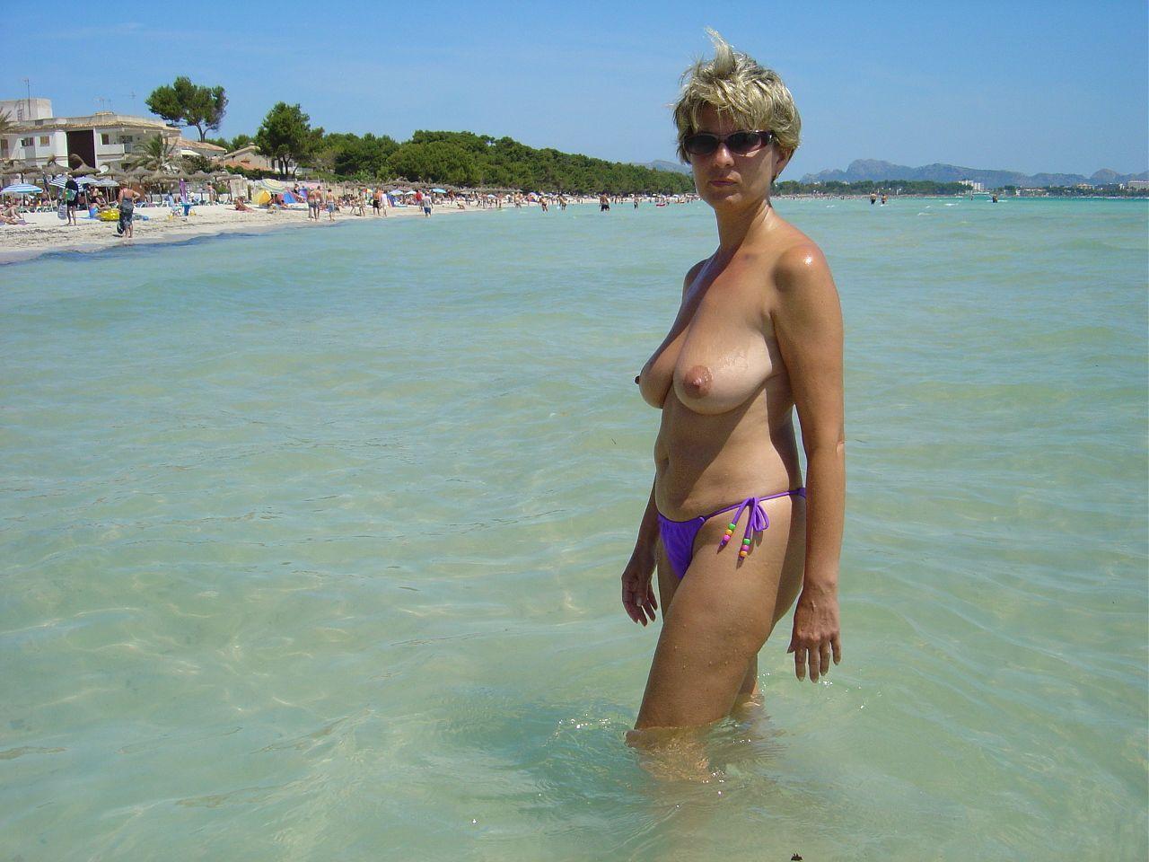 Женщины на пляже в возрасте