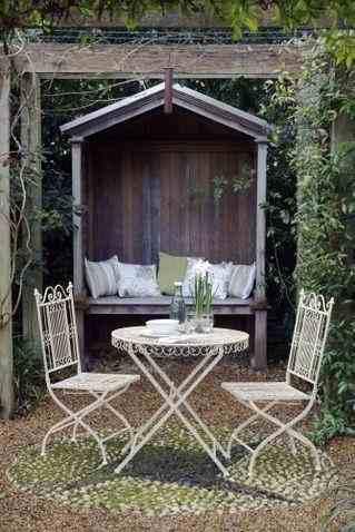 Ażurowe meble ogrodowe, inspiracja aranżacji ogrodu i balkonu, meble prowansalskie, stół i krzesła prowansalskie
