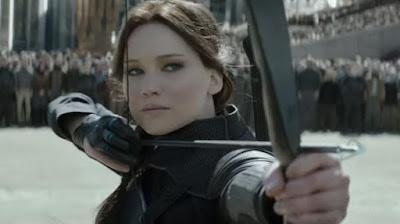 Katniss Everdeen (Jennifer Lawrence) tire sa dernière flèche dans Hunger Games 4, de Francis Lawrence (2015)